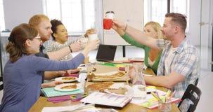 吃薄饼和喝咖啡的人们 影视素材