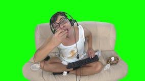 吃薄饼和抹的游戏玩家他的在他自己的手 股票录像