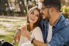 吃薄饼的夫妇 图库摄影