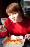 吃薄饼的孩子 免版税库存图片