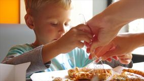 吃薄饼的小逗人喜爱的男孩特写镜头  股票录像