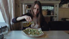 吃薄饼的美丽的少妇在餐馆 愉快和快乐的生活方式 健康和速食概念 影视素材