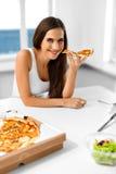 吃薄饼 吃意大利食物的妇女 快餐营养 李 库存图片