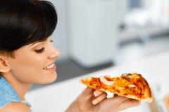 吃薄饼 吃意大利食物的妇女 快餐营养 李 免版税库存图片