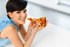 吃薄饼 吃意大利食物的妇女 快餐营养 李 图库摄影