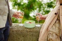 吃蛋白杏仁饼干和喝香槟的夫妇 免版税库存照片