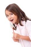 吃蛋白软糖甜点糖果的愉快,微笑的逗人喜爱的小女孩 免版税库存图片