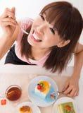 吃蛋糕的乐趣亚洲人 免版税库存图片