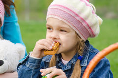 吃蛋糕的女孩在野餐 免版税库存照片