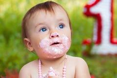 吃蛋糕的小孩特写镜头画象 免版税图库摄影