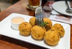 吃蛤蜊乳酪球烘烤烹调 库存图片
