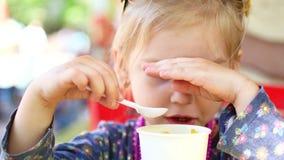 吃街道食物玉米的小女孩在夏天公园,旅行食物概念 影视素材