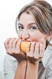 吃表面女孩s蔬菜的美丽的玉米 免版税库存图片