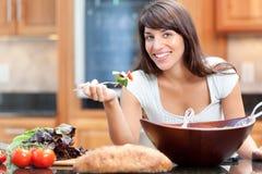 吃西班牙沙拉微笑的妇女 免版税库存图片