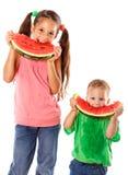 吃西瓜的两个孩子 免版税库存照片