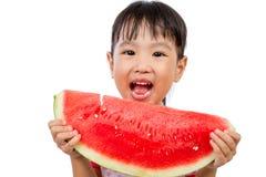 吃西瓜的亚裔矮小的中国女孩 免版税库存图片