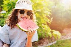 吃西瓜的夏天愉快的儿童女孩室外在度假 图库摄影