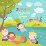 吃西瓜的孩子 由河岸的夏天野餐 免版税图库摄影