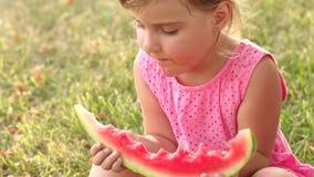 吃西瓜的小女孩坐草 股票视频
