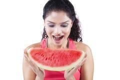 吃西瓜的愉快的印地安妇女 免版税库存图片