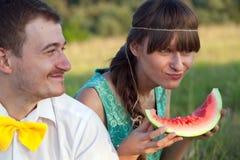 吃西瓜的新夫妇 免版税库存照片