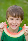 吃西瓜的男孩 免版税库存照片