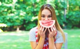 吃西瓜的美国女孩 免版税库存图片