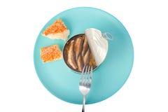 吃西鲱用面包 免版税图库摄影