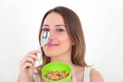 吃谷物的健康妇女 免版税库存图片