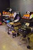 吃越南人Banh mi在食物篮子服务 免版税库存照片