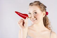 吃辣椒红色牙妇女的美丽的辣椒 免版税库存图片