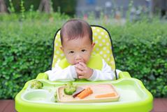 吃通过婴孩被带领的断绝BLW的亚裔婴儿男婴 手抓食物概念 库存照片