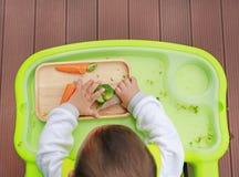 吃通过婴孩被带领的断绝BLW的婴儿婴孩顶视图 手抓食物概念 免版税库存图片