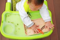 吃通过婴孩被带领的断绝BLW的婴儿婴孩顶视图 手抓食物概念 库存照片