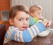 吃酸奶的两个孩子 免版税图库摄影