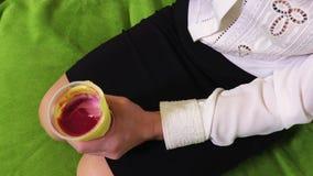 吃酸奶的妇女 股票录像