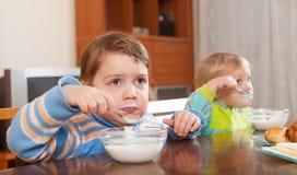 吃酸奶的孩子 库存图片