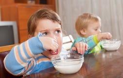 吃酸奶的孩子 免版税库存图片