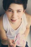 吃酸奶的少年男孩 免版税库存照片