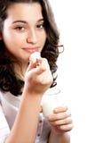 吃酸奶的美丽的妇女 库存图片