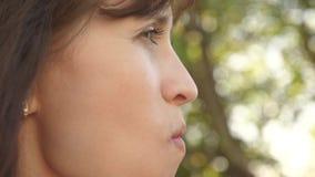 吃酸草莓皱痕和微笑的美女 特写镜头 妇女的维生素和莓果饮食 愉快女孩吃 影视素材