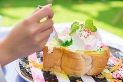 吃非常肥胖点心甜糖不健康的食物 图库摄影