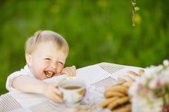 吃面包店的男婴 免版税库存图片