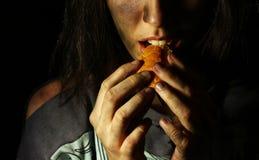 吃面包片的可怜的肮脏的女孩 库存照片