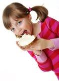 吃面包用干酪的小女孩 图库摄影