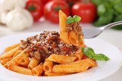 吃面团博洛涅塞或Bolognaise调味面条膳食 免版税库存照片