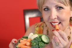 吃食物健康妇女 免版税图库摄影