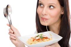 吃食物意大利纵向调味汁意粉妇女 免版税库存图片