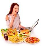 吃食物旧货妇女 免版税图库摄影
