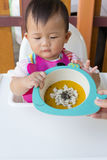 吃食物的亚裔逗人喜爱的婴孩 免版税图库摄影